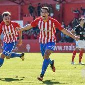 Claudio Medina celebra un gol en El Mareo junto a un ex compañero