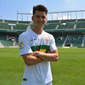 Chuca posa ante el escudo del Elche CF en el Martínez Valero el día de su presentación.