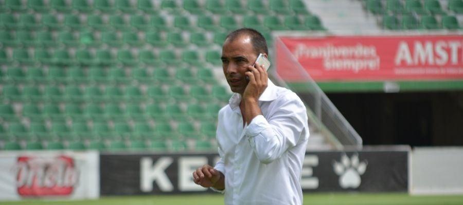 Jorge Cordero, director deportivo del Elche CF, en una de sus negociaciones