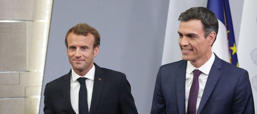 El presidente del Gobierno, Pedro Sánchez, junto a Macron