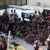 Inmigrantes en Ceuta después de saltar la valla