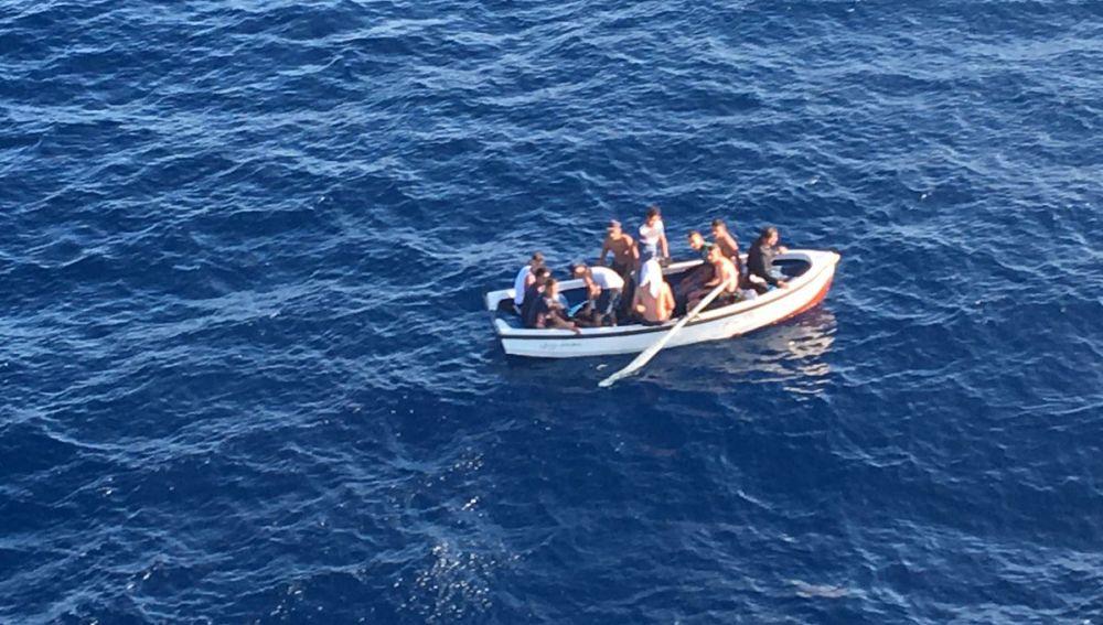 Patera con 11 tripulantes localizada en aguas de Cala Figuera (Mallorca).