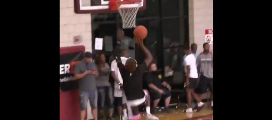 El hijo de LeBron James machaca el aro