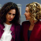 La ministra de Hacienda, María Jesús Montero, habla con la ministra de Política Territorial y Función Pública, Meritxell Batet