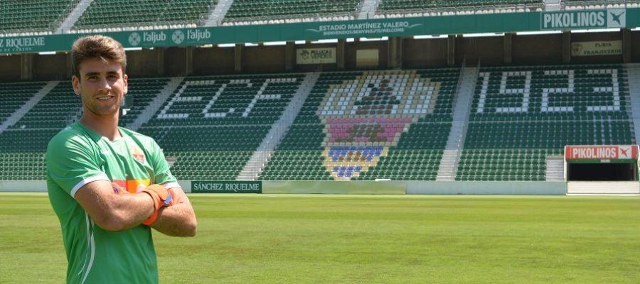 Unai Simón posando ante el escudo del club con la equipación franjiverde