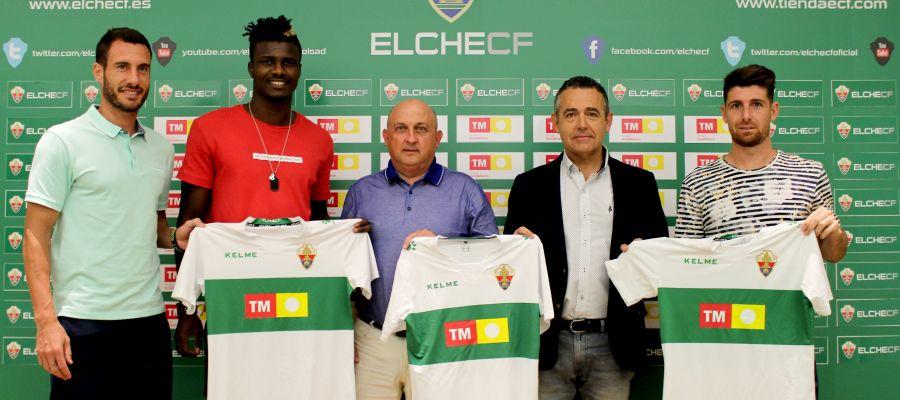 El director de TM y el presidente del Elche, junto a jugadores del club
