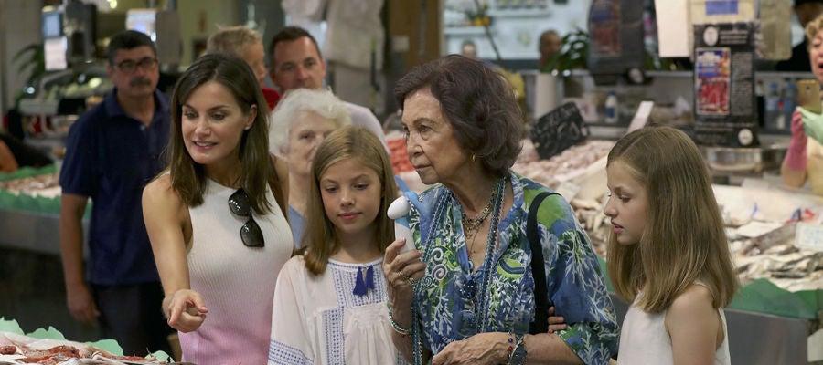 Imagen de la Reina Letizia y Sofía con la Infanta Sofía y la Princesa Leonor