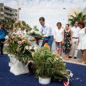 Pablo Casado durante su visita a Santa Pola, donde ha depositado un ramo de flores en el monolito que recuerda a las dos personas asesinadas por ETA.
