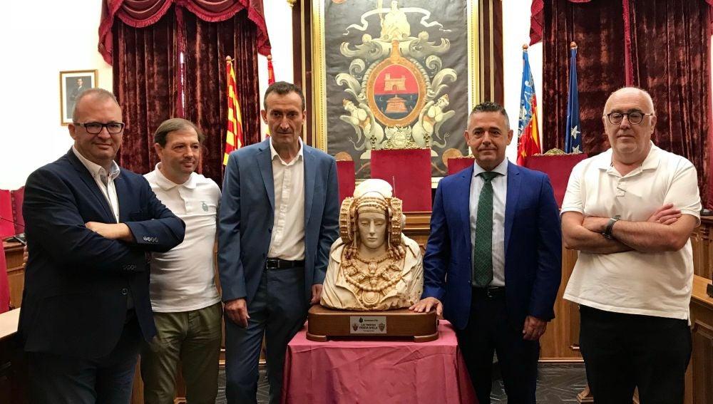 El alcalde de Elche, el presidente del club, el concejal de Deportes y demás personalidades junto a la Dama de Elche.