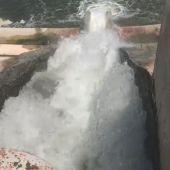 Agua del trasvase Júcar-Vinalopó entrando en el embalse del Rollo de Aspe.