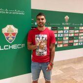 Alexánder González posa junto al escudo del Elche CF en su llegada al estadio.