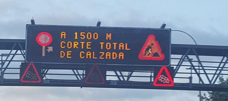 Imagen de un panel informativo en la A6 avisando del socavón