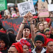 Miles de mujeres protestan contra la violencia de género en Sudáfrica
