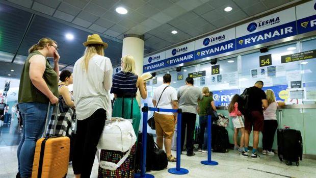 """Ryanair es condenada a devolver un suplemento """"abusivo"""" que cobró a una pasajera por llevar un bolso"""