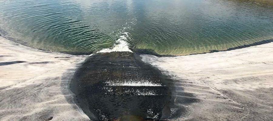 Agua del trasvase Júcar-Vinalopó entrando en el embalse de la SAT San Enrique de Elche