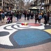 Unas flores homenajean a las víctimas del atentado de las Ramblas de Barcelona (Archivo)