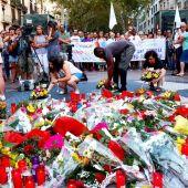 Ofrenda floral en recuerdo de las víctimas de los atentados