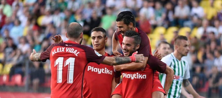 Los jugadores del Sevilla celebran uno de sus goles contra el Vilnius