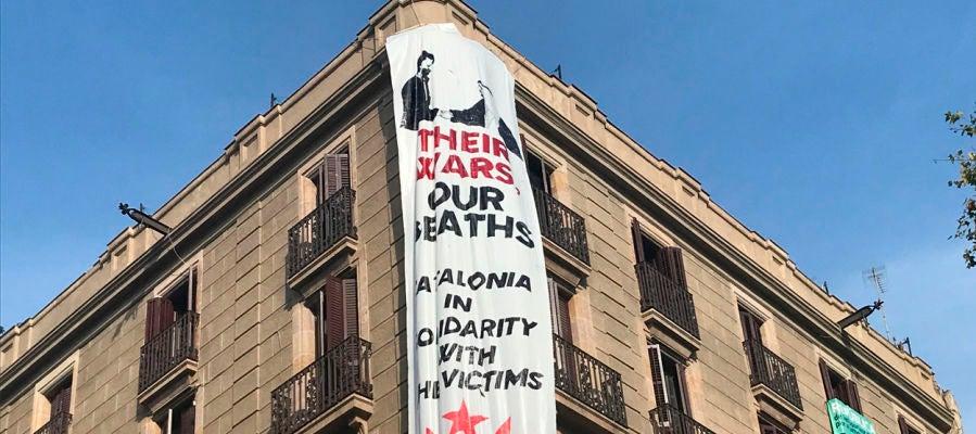 Cuelgan otra pancarta en La Rambla con la imagen de Felipe VI y el rey de Arabia