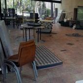 La basura acumulada en el interior del restaurante del Parque Municipal de Elche.