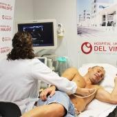 La doctora Beatriz Miralles realiza un ecocardiograma al delantero Nino.