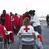 Miembros de la Cruz Roja atienden a decenas de migrantes rescatados por Salvamento Marítimo de una patera en la cercanías de la Isla de Alborán