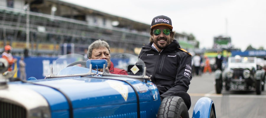 Fernando Alonso, en un coche clásico