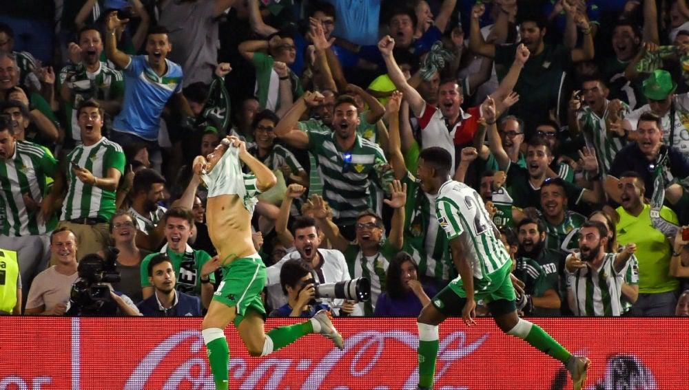 Joaquín celebra un gol con el Betis