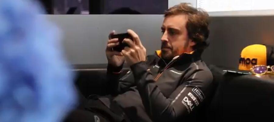 Fernando Alonso con el móvil