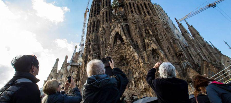 Turistas haciendo fotos a la Sagrada Familia (Barcelona)