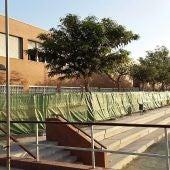 Imagen de archivo del vallado en la fachada interior del IES de Torrellano se instaló en octubre de 2016.