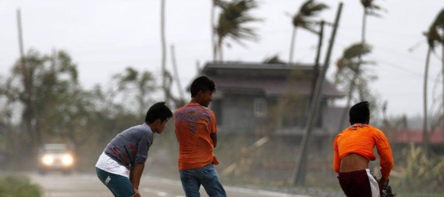 Noticias Fin de Semana (16-09-18) El tifón Mangkhut deja 29 muertos en Filipinas y pone rumbo a Hong Kong