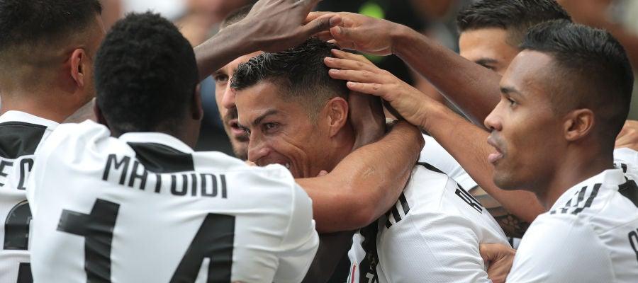 Los jugadores de la Juventus celebran un gol con Cristiano Ronaldo