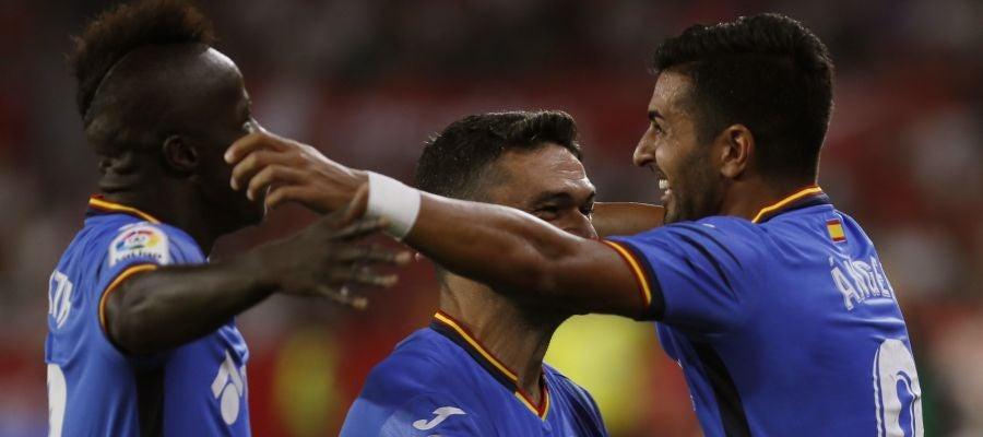 Los jugadores del Getafe celebran uno de los goles de Ángel Rodríguez contra el Sevilla