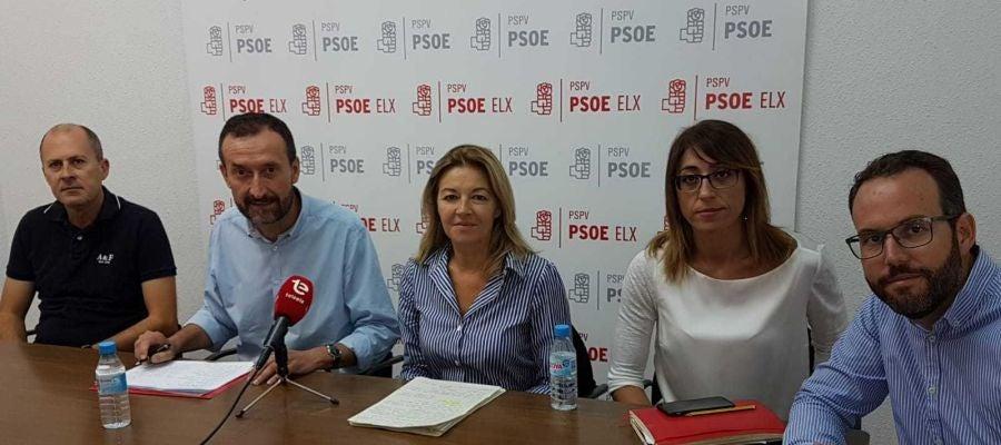 Concha Andrés, diputada del PSPV en Les Corts, junto al alcalde de Elche y los concejales de urbanismo, Promoción Económica y Educación
