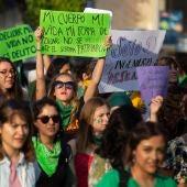 """Miles de mujeres exigen acceso al aborto """"libre y seguro"""" en México"""