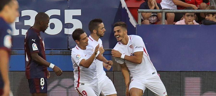 Los jugadores del Sevilla celebran el gol de André Silva ante el Eibar