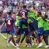 Los jugadores del Levante celebran uno de los goles contra el Alavés
