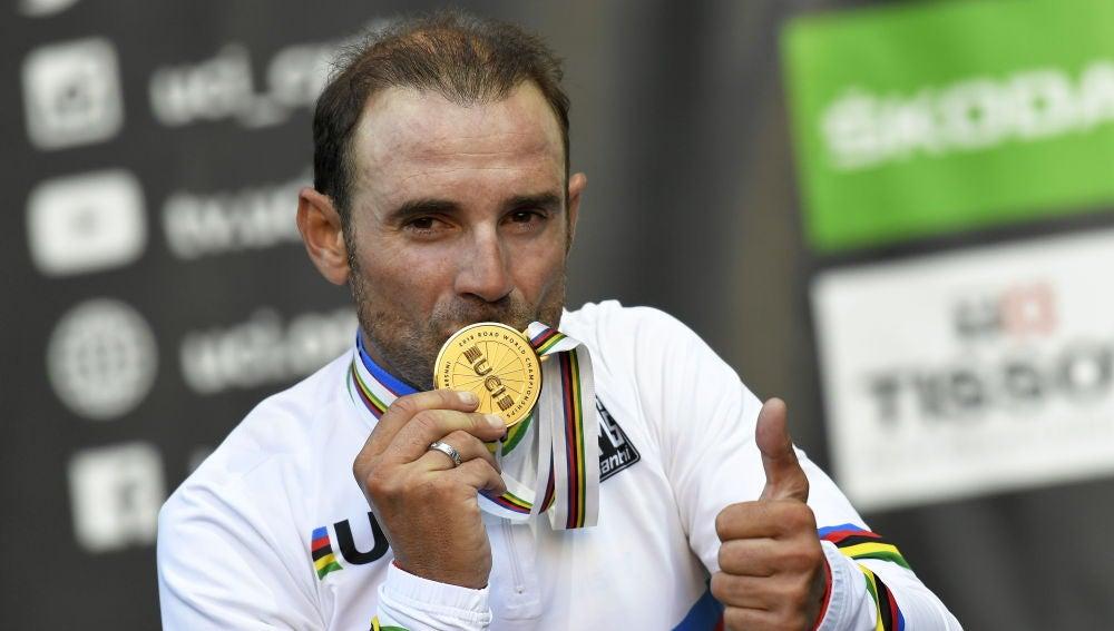 Alejandro Valverde besa la medalla de campeón del mundo