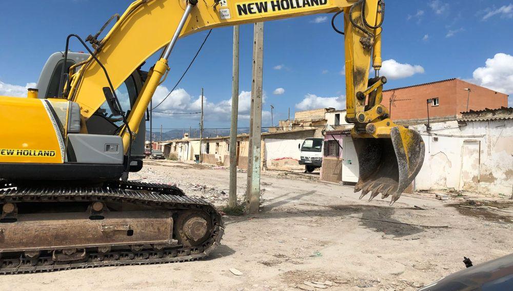 Una grúa trabajando en el desmantelamiento de Son Banya
