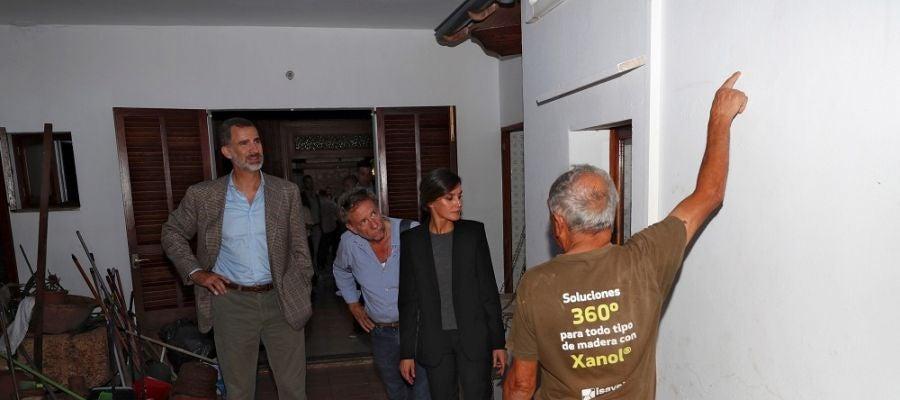 Los reyes en el interior de una vivienda afectada por la riada en Sant Llorenç