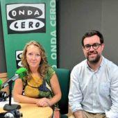 El alcalde de Palma, Antoni Noguera, posa con Elka Dimitrova en los estudios de Onda Cero en Palma