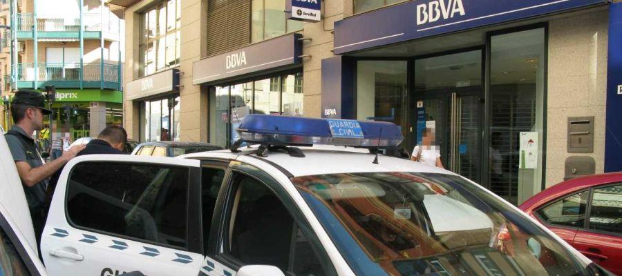 El detendio en Crevillent es introducido en el coche de la Guardia Civil