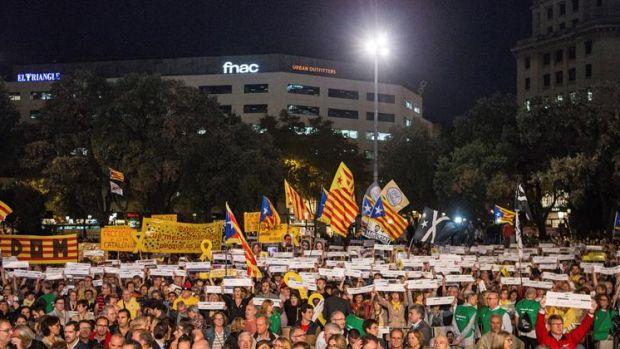 Miles de ciudadanos se concentran por el año de cárcel de Sánchez y Cuixart