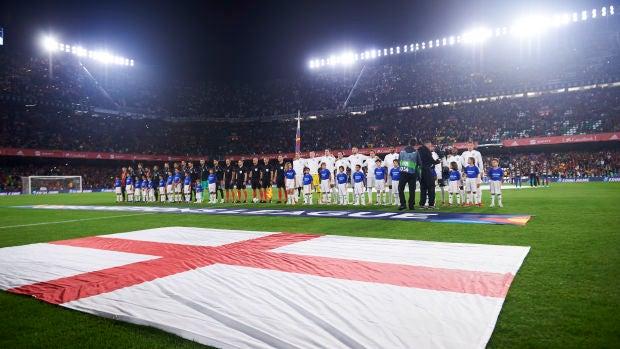 Momento de los himnos nacionales en el Villamarín