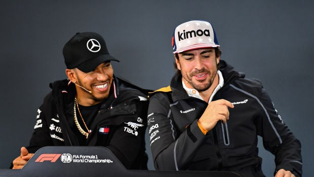 Hamilton y Fernando Alonso, sonrientes en la sala de prensa