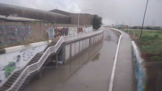 Imatge d´aquest matí del vial  d´accés a la carretera de Borriana, ara inundat d´aigua i intransitable.