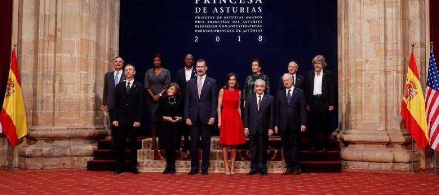 Los reyes de España posan para la foto de familia con los galardonados con los Premios Princesa de Asturias 2018