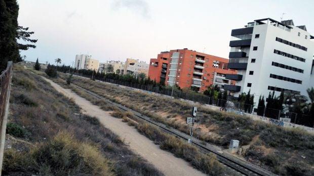 Vías del tren a su paso por el barrio Altabix-Universidad de Elche.