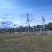 """Uno de los postes de electricidad caídos tras el paso del """"Cap de fibló"""" en Menorca"""